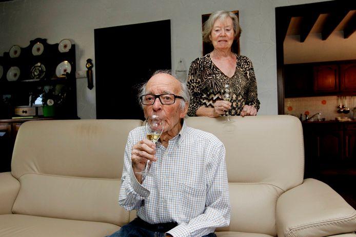 Gaston Bruynooghe geniet met zijn vrouw Estelle van hun welverdiende pensioen. Hier drinkt hij een glaasje nadat hij de vorige keer werd vrijgesproken.