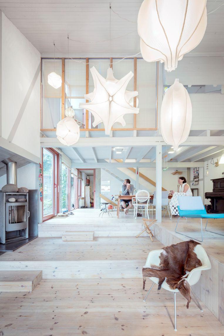 De ruime woonkamer is de perfecte plek voor Radiolaria-lampen.   Beeld Marleen Sleeuwits