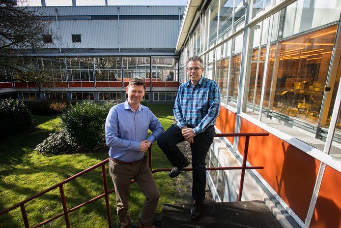 Richard Visser (links) en Robert Feelders van Smart Photonics in de binnentuin van hun uitgebreide vestiging op de High Tech Campus Eindhoven.