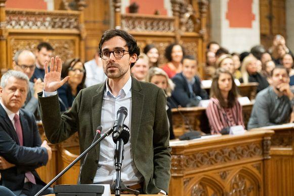 MECHELEN - Kristof Calvo op installatievergadering van de nieuwe gemeenteraad in de raadzaal van het stadhuis in Mechelen. Kristof Calvo (Stadslijst voor Groen!) legt de eed af