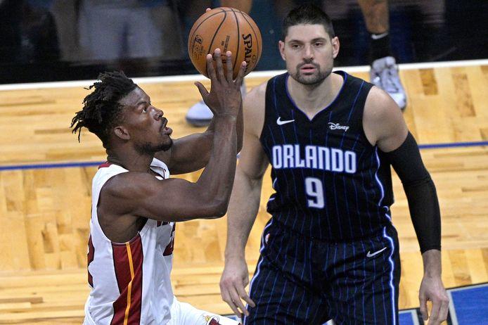Nikola Vucevic (rechts) trekt naar Chicago Bulls.