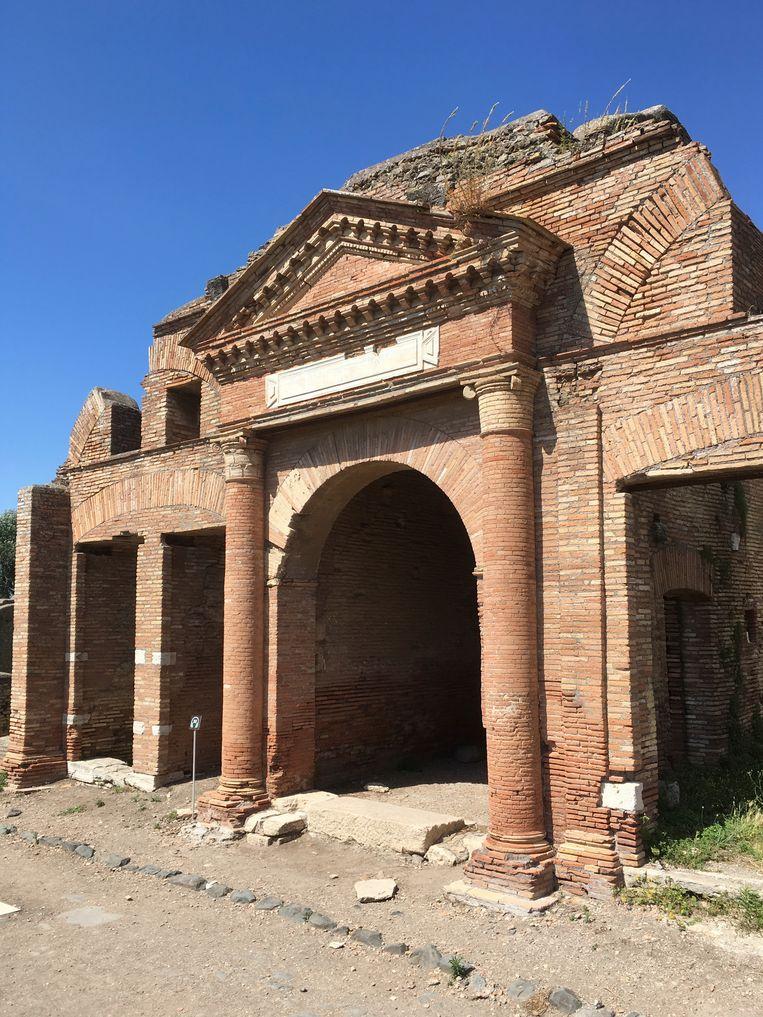 Ingang van een opslagplaats in Ostia, de haven van Rome.   Beeld