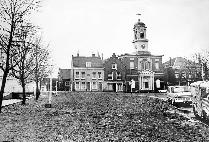 De monumentale Waterstaatskerk Petrus' Banden aan de Delftweg in Overschie. Met kaalslag voor de deur.
