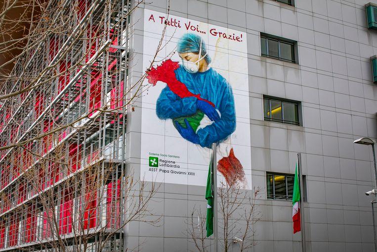 Heel Italië zit ondertussen al dacht dagen in lockdown. Op de foto: een tekening ter ondersteuning van het ziekenhuispersoneel in de noordelijke stad Bergamo. Beeld Photo News
