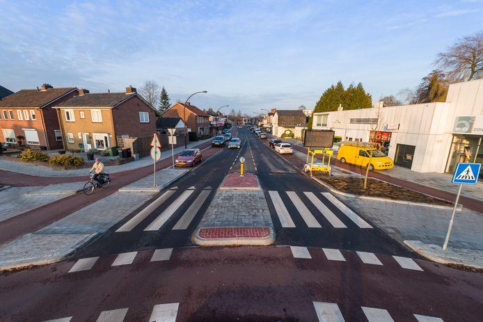 Zo ziet de Deurningerstraat er vanaf de rotonde met de Sloetsweg richting Hengelo Noord eruit na de herinrichting.