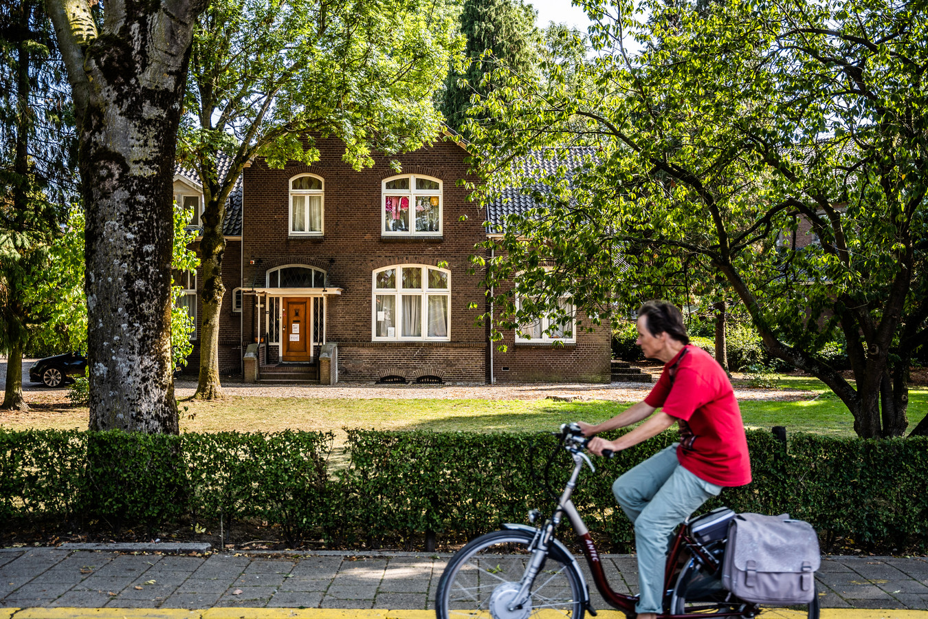 De pastorie naast de Lucaskerk in Elden wordt bij inschrijving verkocht. Het dorp hoopt dat het een toekomst krijgt waarin het aangezicht van het pand intact wordt gelaten.
