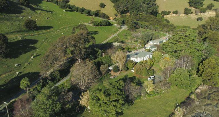 Er staat een groot 'farmhouse' op het eiland en er zijn drie kleine cottages voor toeristen of familie die op bezoek komt.