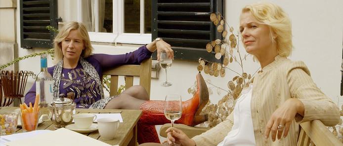 Mary-Lou van Stenis (rechts) en Irma Hartog in een scène uit De inspirator.