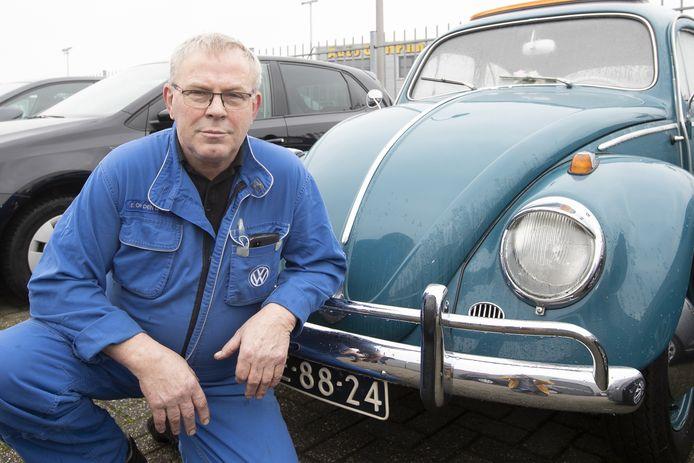 Automonteur Egbert Op den Dries is 50 jaar in dienst bij VW/Audi-dealer Pouw (voorgeen Roba).