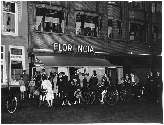 De beroemde ijssalon Florencia 's avonds in de jaren zestig.