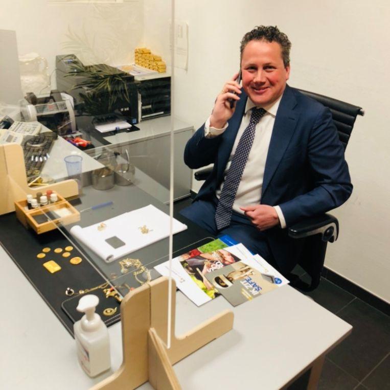 Goudhandelaar Johan de Ruiter achter zijn plexiglas. Beeld