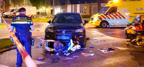 Scooter onder auto in Apeldoorn: twee gewonden