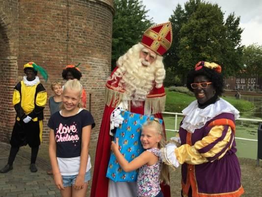 Dat Sinterklaas dit jaar wel erg vroeg in Delft voorbijkomt vinden twee passerende kinderen al snel helemaal niet raar meer... als ze een cadeau in hun handen krijgen gedrukt.