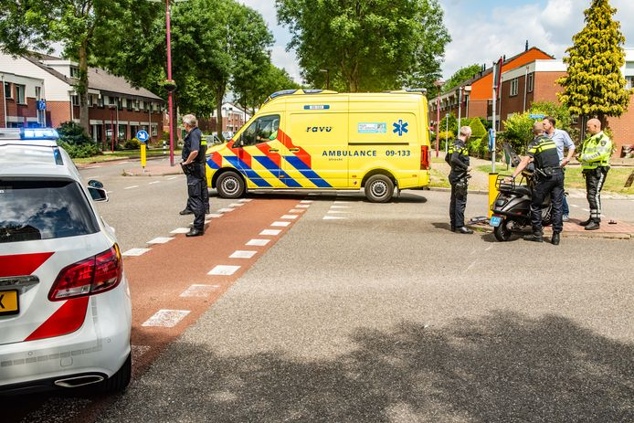 Op de kruising tussen de Batauweg en de Batenbrug in Nieuwegein raakte maandagmiddag een scooterrijder gewond.