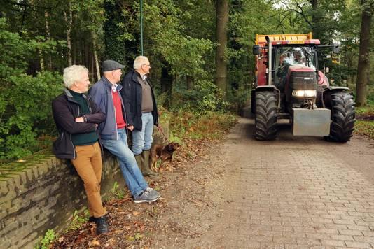 Ton de Jong, Jan van Helvoirt en Luc Andries (vlnr) zien met lede ogen het zware verkeer over het bruggetje van de Roversche Leij rijden.