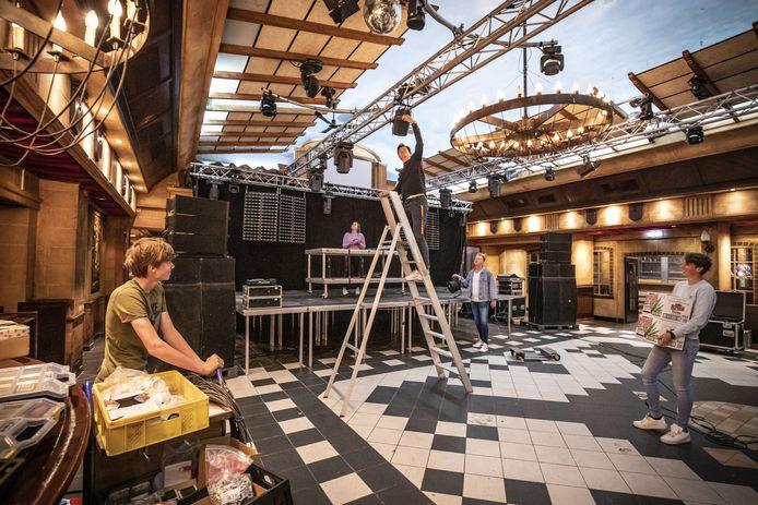 Afgelopen juni, voordat de disco's weer (even) de deuren mochten openen, waren de voorbereidingen bij Dancing Bruins ook in volle gang.