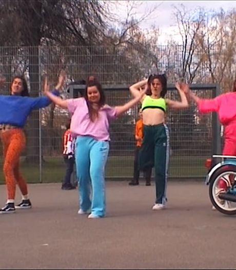 Eindhovens duo brengt met 'nineties'-clip hommage  aan jeugd in Achtse Barrier