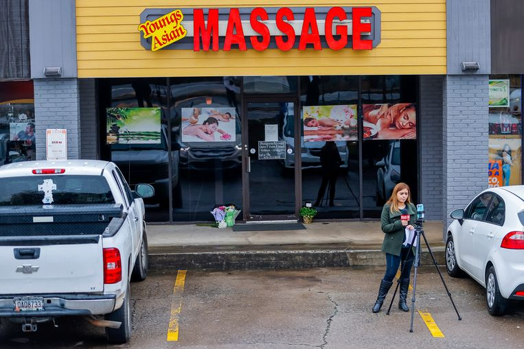 Een journalist aan het werk bij een massagesalon waar de schutter toesloeg. Beeld EPA