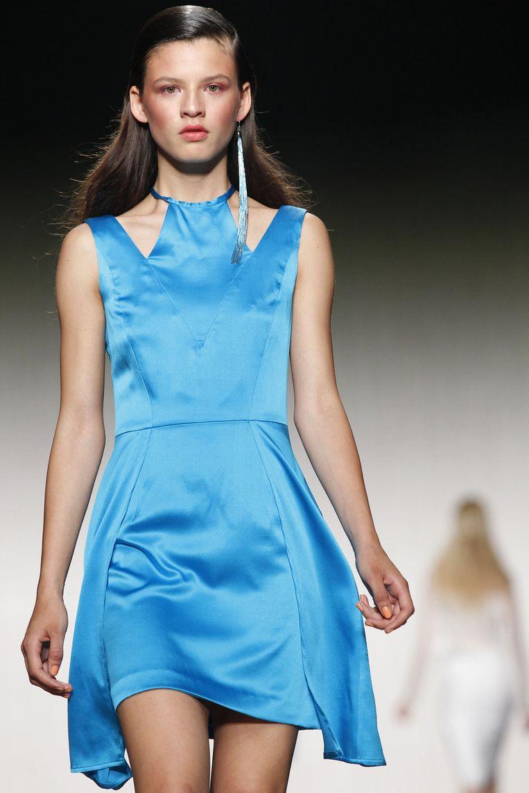 Helderblauwe jurkjes bij Elise Kim die op én top lente/zomer zijn. Beeld ANP