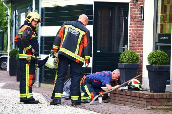 De brandweer is op zoek naar een gaslek in Waddinxveen.