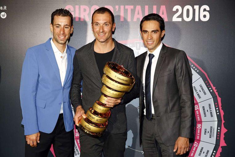 Basso (midden) was samen met andere oud-winnaars Contador (rechts) en Nibali (links) ook aanwezig bij de presentatie van het Giro-parcours. Beeld afp