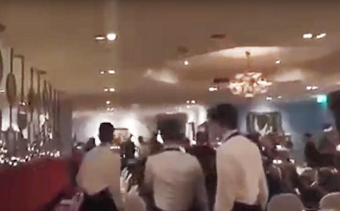 Een van de dinergasten filmde het matpartij bij Van der Valk.