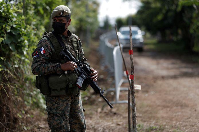 Een grenswachter bij een vluchtelingenkamp op de grens tussen Panama en Colombia.