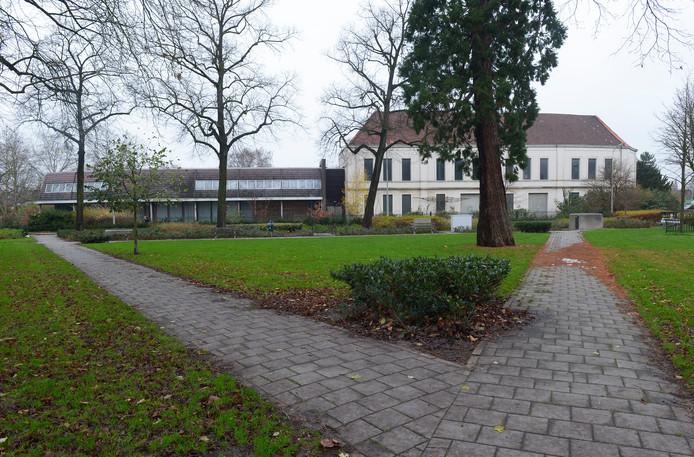 De voormalige boterfabriek Batava aan de Weurtseweg met op de voorgrond het Krayenhoffpark.