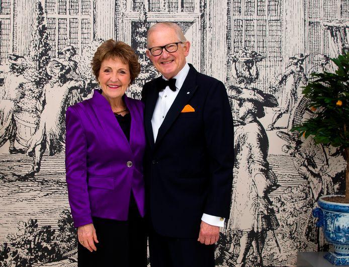 Prinses Margriet en prof.mr. Pieter van Vollenhoven poseren gezamenlijk ter gelegenheid van hun 50-jarig huwelijksjubileum.