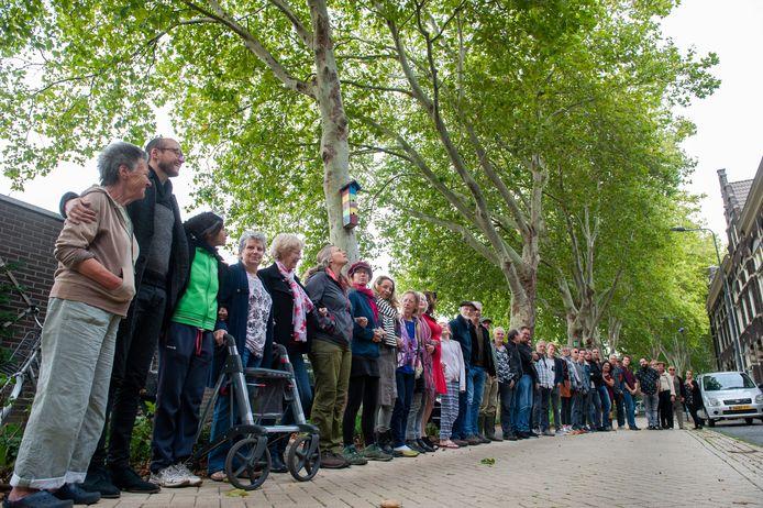 Bewoners van de Boschveldweg met de bomen op de achtergrond. Helemaal links Dia Boonis