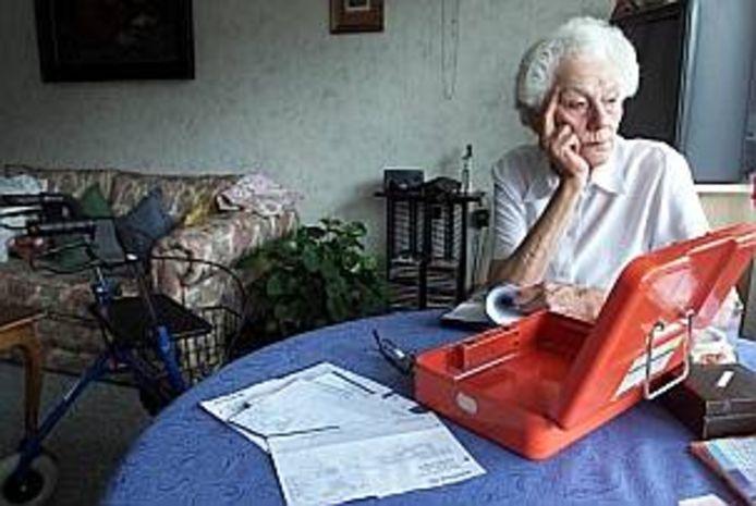 Vele duizenden ouderen worden financieel uitgebuit door familie, buren of kennissen. Geënsceneerde foto.