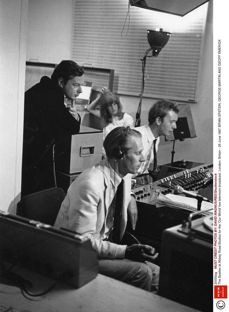 Van links naar rechts: Brian Epstein, George Martin en Geoff Emerick in de Abbey Road Studios. Beeld