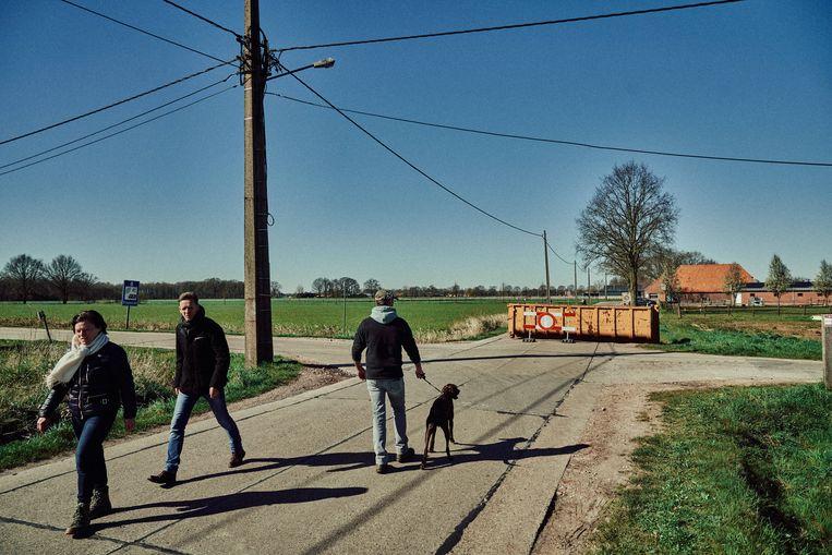 Een container verspert de grensovergang in Hoogstraten op een sluipweg naar Nederland. Beeld Thomas Sweertvaegher