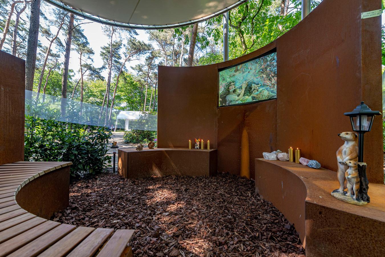 In de urnentuin van crematorium Zoomstede staat een nieuw stiltemonument . Die is speciaal voor iedereen die een miskraam heeft gekregen of een doodgeboren kindje. Roosendaal heeft nu ook zo'n monumentje.