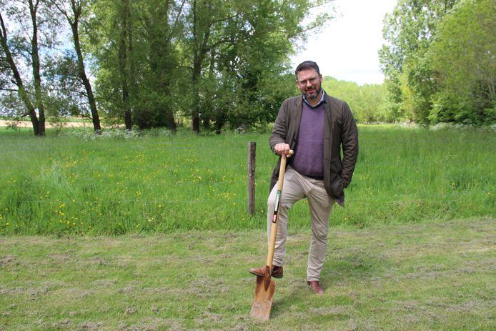Joris Nachtergaele plantte al 4.122 bomen in zijn eigen tuin en in Burreken. Nu geeft hij 3.000 eiken weg.