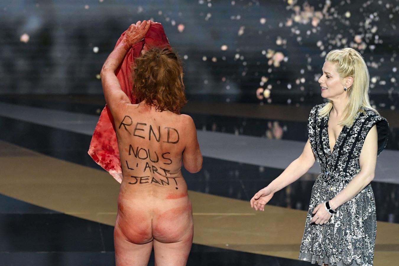 Venue remettre le prix du meilleur costume, Corinne Masiero s'est complètement déshabillée pour soutenir le secteur culturel.