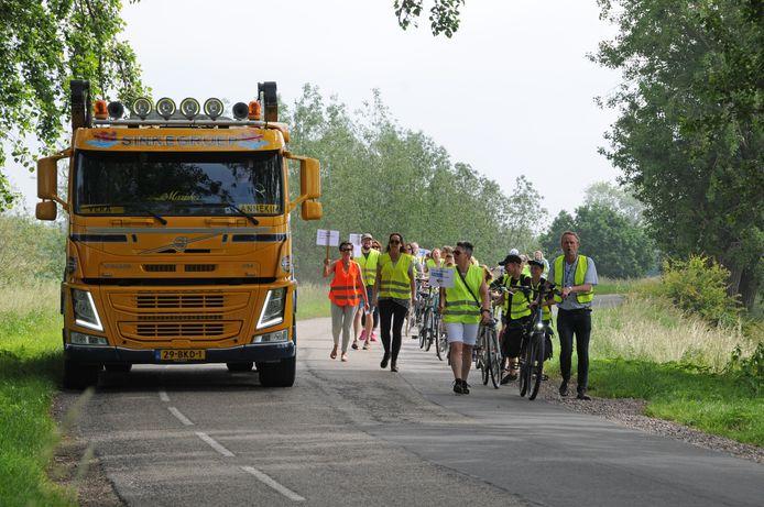 Dorpsbewoners en schoolkinderen van De Klimop lopen over de Zuiddijk en de Roterijdijk vanaf Dreischor naar Zierikzee