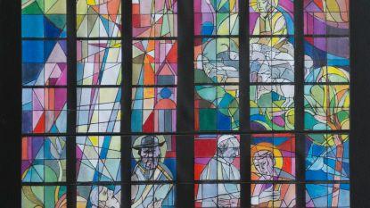 Nieuw kleurrijk glasraam in Sint-Baafskathedraal