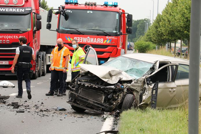 Door het ongeval was de Steenweg even afgesloten voor het verkeer en moest er gebruikgemaakt worden van de ventwegen.