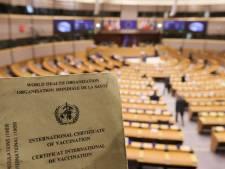 """Le Parlement européen valide le """"passeport sanitaire"""" pour les voyageurs mais réclame un dépistage gratuit"""