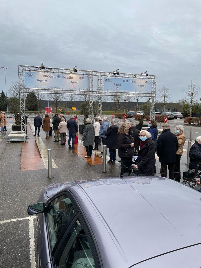 Tientallen hoogbejaarden staan woensdagochtend in de kou te wachten in een rij voor de vaccinatielocatie bij de Brabanthallen in Den Bosch.