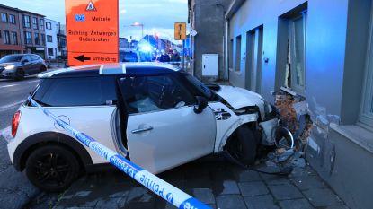 VIDEO. Opnieuw crash na achtervolging: jongeren belanden met auto tegen gevel