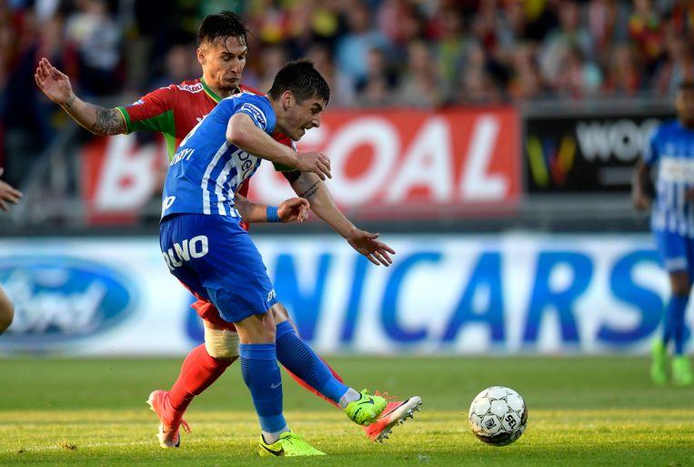 Malinovskyi in duel met Tomasevic van KV Oostende in de strijd om een laatste Europees ticket. Beeld Photo News