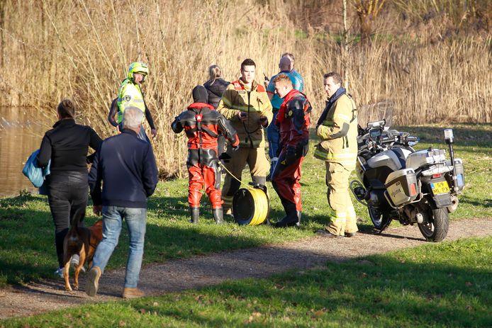 Ambulancepersoneel, de brandweer en de politie waren ter plaatse om de zwemmer te 'redden'.