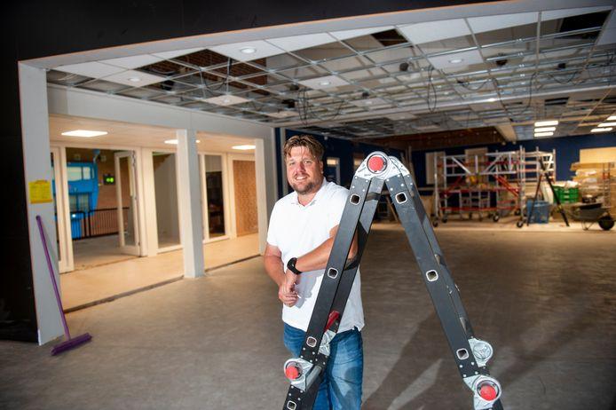 Dankzij sloop- en breekwerk is er een directe verbinding gemaakt tussen het nieuwe clubhuis van volleybalvereniging Avior in De Scheg en de sportzaal (linksachter). Rens Jansen, bestuurslid van Avior, kan niet wachten tot het honk in gebruik genomen wordt.