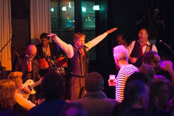 """De Apeldoornse Nederlandstalige rockband """"Meneer van Zanten"""" Speelt voor het eerst hun nieuwe single """"Help me zoeken wat ik mis"""" tbv Serious Request."""