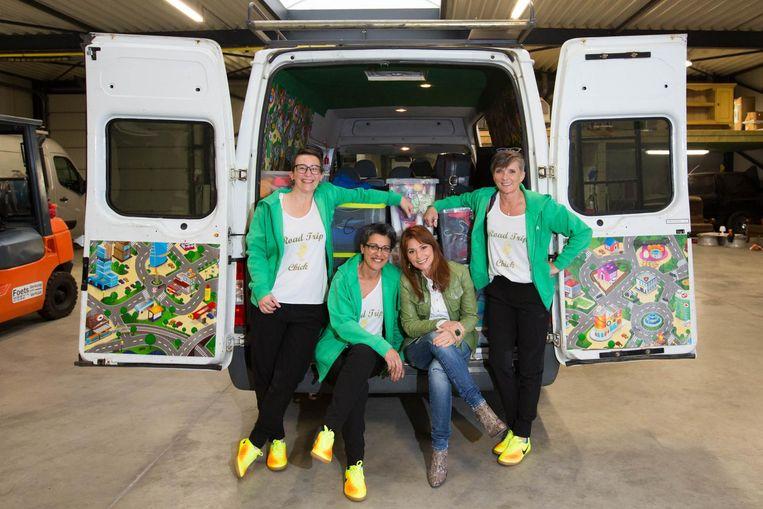 Meter van het project Lisa del Bo neemt een kijkje in het schoolbusje van de drie dames.