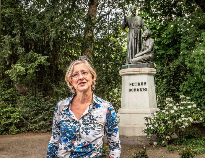 Petra Robben bij het standbeeld van Peerke Donders in het Wilhelminapark. Ze deed wetenschappelijk onderzoek naar de waardering van dit monument.