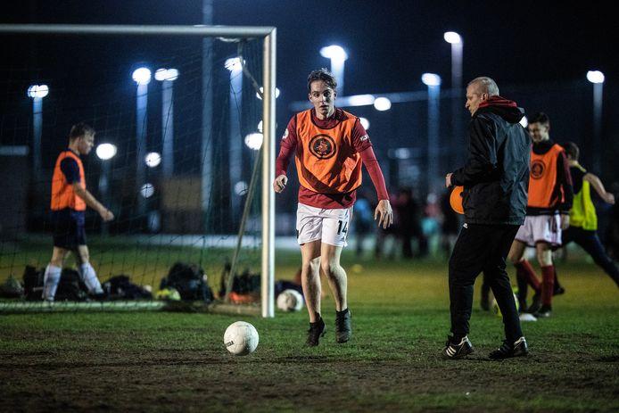 Archieffoto: Jeugdspeler Daniel Faber op de training van zijn voetbalclub DVV in Duiven.