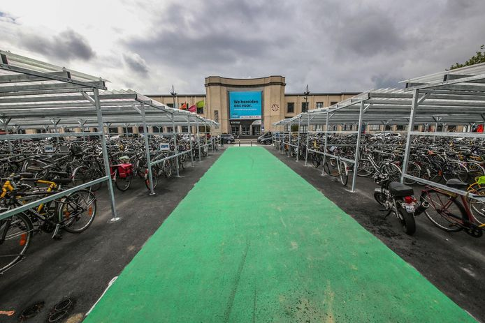 De dubbele diefstal gebeurde in de fietsenstalling aan het station van Kortrijk.